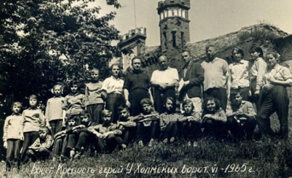 На фото В центре группы стоят Д. Романов